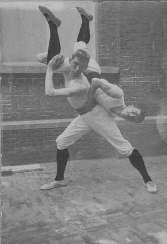 065781 - Sport. Twee leden van de in 1924 opgerichte gymnastiekvereniging St. Dionysius in actie.
