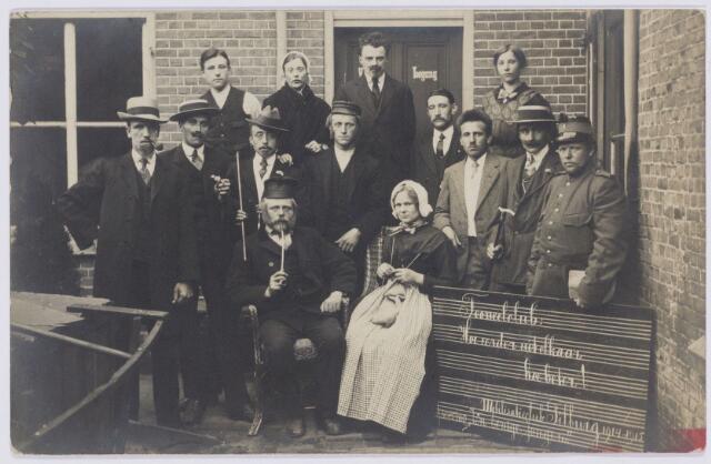 103916 - Toneel. Toneelclub 'Hoe eerder uit elkaar hooe beter'.  Mobilisatieclub 1914 - 1915. uitvoering:' Z'n Eenige Jongen'.