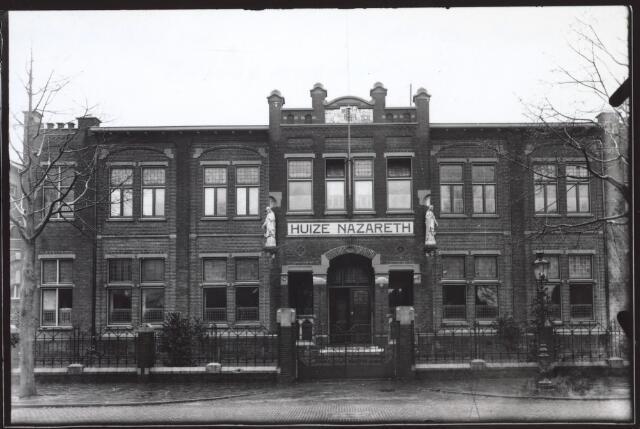 026780 - Hoofdingang van Huize Nazareth in december 1941, toen het 25 jaar bestond