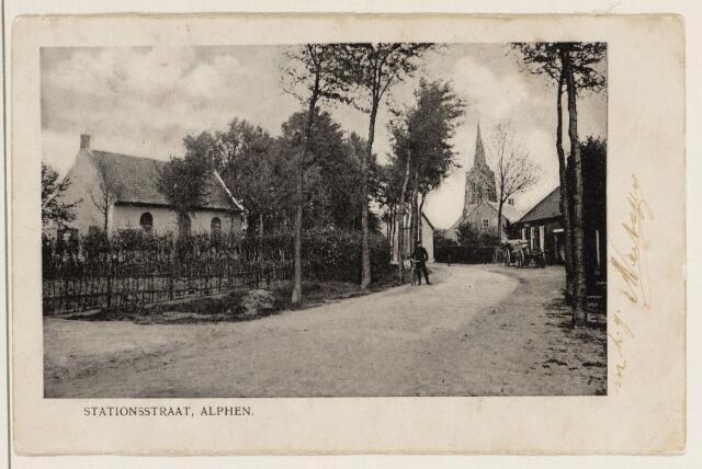 065216 - Stationstraat met links de vroegere Nederlands Hervormde kerk, die thans als heemkundemuseum is ingericht. Het huis links was de looierij van A.C. Baeten. Het eerste huis rechts werd bewoond door A.M. de Jong-van Tilburg