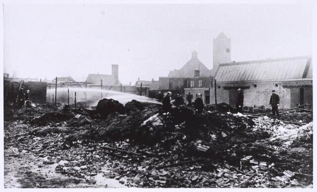 022639 - Brand bij textiel- en kunstofververij Kuhn & Adler aan de Hoogtedwarsstraat op 22 maart 1928. OP de achtergrond de kerk van de parochie Broekhoven II