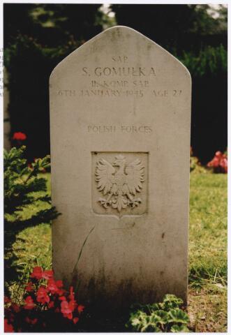 045746 - Tweede Wereldoorlog.In graf C.2.6 op de begraafplaats van de parochie St. Jan rust Stanislaw Gomulka, Spr., 27 jaar oud, gesneuveld op 6 januari 1945, 1. Poolse Pantser Divisie, 11. Engineer Company. Op het graf de Poolse adelaar.
