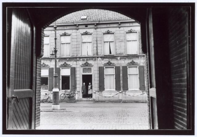 019296 - Fabrikantenwoning aan de Goirkestraat, gefotografeerd vanuit de poort van wollenstoffenfabriek Simon de Cock.  Het werd omstreeks 1890 gebouwd