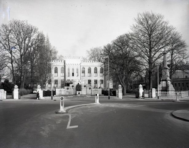 653761 - Topografie. Paleis Raadhuis. Rechts de gedenknaald, die in 1968 is afgebroken.
