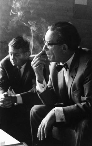 1238_F0152 - Burgemeester Becht (1957-1975) met een sigaret bij de Katholieke Hogeschool Tilburg, universiteit, met secretaris Loevendie.