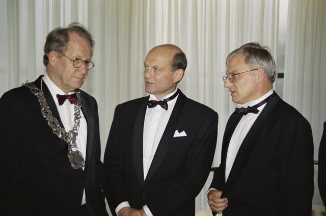 """TLB023000944_001 - Burgemeester Brokx en wethouders bij """"Tilburg Treffend""""."""