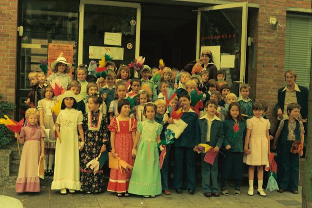 1237_012_978_002 - Religie. Kerk. Katholiek. Communicanten. De eerste Heilige Communie in de Sint Lidwina parochie in mei 1976.