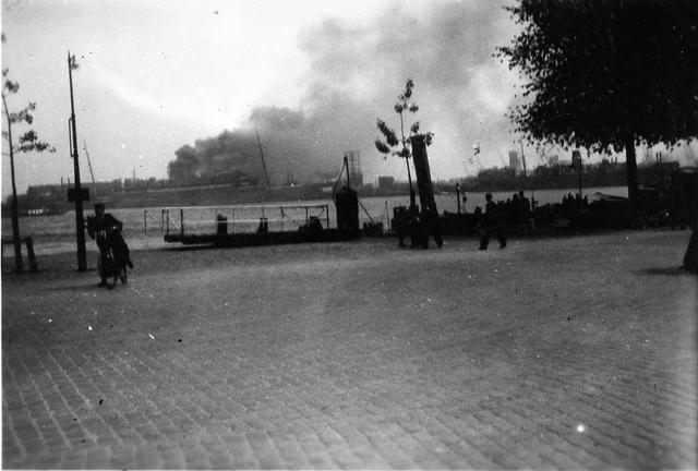 """830014 - WO2: WOII; Tweede Wereldoorlog. Oorlogsjaren. """"Brandende Statendam"""""""