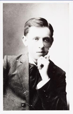006440 - Johan Gerard (Jan) Bechtold werd geboren in 's-Hertogenbosch op 17 februari 1892 en kwam in 1911 naar Tilburg. Was bestuurslid van de Brabantse Beweging en zat in de redactieraad van het blad Edele Brabant. Werd in 1944 hoofdredacteur van de Nieuwe Tilburgsche Courant. Van 1953 tot 1964 was hij godsdienstleraar aan de Rijks-HBS Koning Willem II. Was voorzitter van de Filmkring Tilburg en lid van de Katholieke Filmkeuring. Hij overleed te Tilburg, maart 1971.