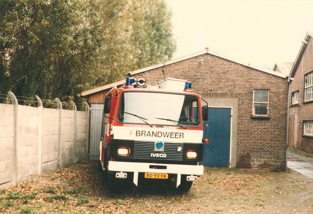 651501 - VOLT, Tilburg. Hoewel Volt al  5 jaar weg was in zuid heeft men, waarschijnlijk voor het contrast, de nieuwe brandweerwagen uit 1984 gefotografeerd voor de oude kazerne gebouw N te zuid. Links de tuin van voormalig klooster Avé Maria. rechts een van de O hallen.