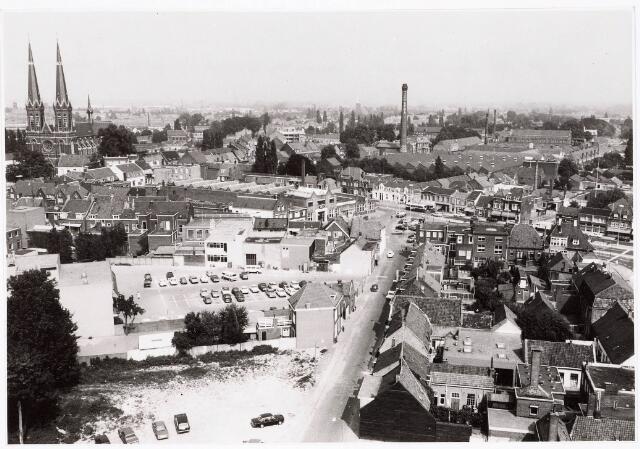 032382 - Panoramafoto vanuit de Heikesekerk richting Heuvel. Op de voorgrond de voormalige Emmastraat thans deel uitmakende van het Stadhuisplein, richting Piusplein en geheel rechts de Paleisstraat richting Oost