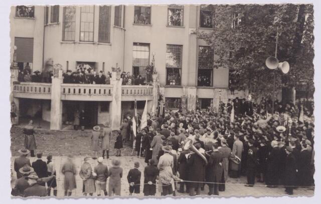 043509 - Tweede Wereldoorlog. De achterzijde van het paleisraadhuis aan het voormalige Willemsplein. De foto werd genomen tijdens de toespraak van burgemeester Van de Mortel t.g.v. het bezoek van prins Bernard aan Tilburg.