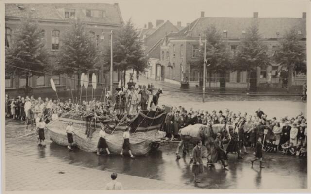 049016 - Festiviteiten te Tilburg b.g.v. het 50-jarig regeringsjubilé van Koningin Wilhelmina op 6 september 1948. Aankomst van koning Willem II bij de 'Vier Winden' aan de Bredaseweg ter hoogte van het oud Belgisch lijntje.  Verslag over deze festiviteiten met optocht staat in het Nieuwsblad van dinsdag 7 september 1948. een praalwagen trekt over het Willemsplein.