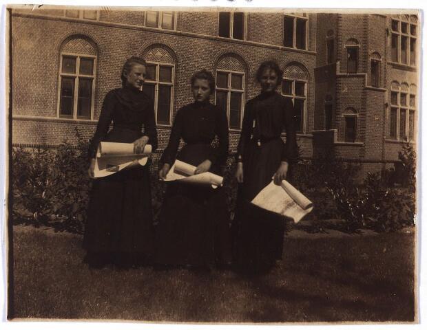 005509 - Pensionaat van de zusters Ursulinen te Hamont (België) links Anna Reyniers met haar 1e diploma voor piano behaald te Overpelt op 5 augustus 1903.