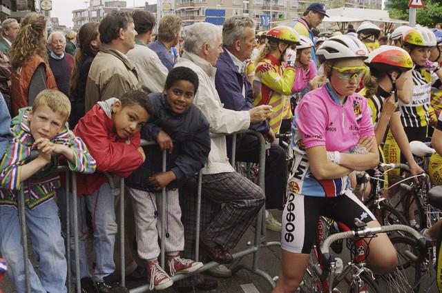 TLB023000551_001 - Wielrennen; Omloop van 't Molenheike, wielrensters en publiek bij de start.