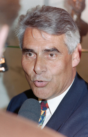 1237_001_002_004 - Portret van burgemeester Stekelenburg terwijl hij wordt geïnterviewd. Johan Stekelenburg was burgemeester van Tilburg van 1997 tot 2003.