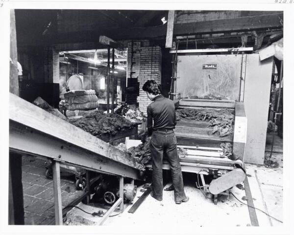 038111 - Textielindustrie. Interieur van de Firma Wolkat, lompengroothandel.