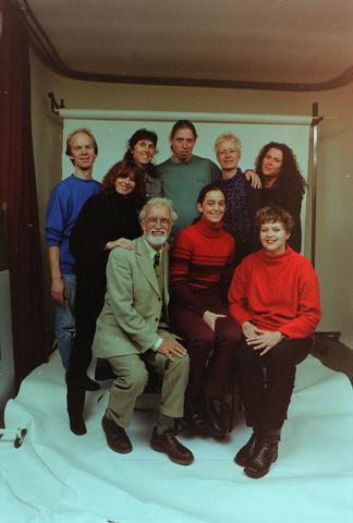 1237_001_042_010 - Groepsfoto van medewerkers van Bureau Halt in 2000. Dit is een organisatie die de criminaliteit onder jongeren aanpakt.