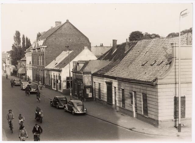 """033363 - Rechts de hoek Bosscheweg (nu Tivolistraat)-St. Josephstraat. Het pand rechts heette vroeger """"de Pijl"""", later was het bekend als café-restaurant Belle Vue. In 1955 werd het pand door de gemeente aangekocht en gesloopt. Rond 1960 volgde de sloop van het witte pandje achter Belle Vue, vroeger bekend als café """"In 't Bruin Vrachtpaard"""" en later als """"Motorhuis"""" van Toon Hoes. Na de sloop werd het braakliggende terrein lange tijd gebruikt als parkeerterrein. In de jaren negentig van de 20e eeuw bouwde men ter plaatse het appartementengebouw Belle Vue."""