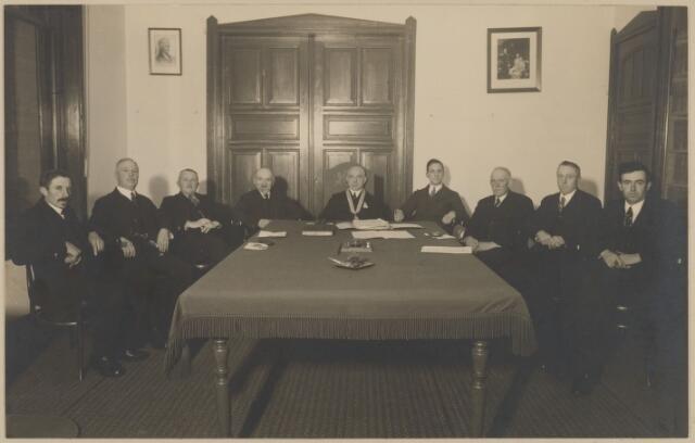 058728 - 25 jarig ambtsjulileum burgemeester D. Smits in 1935.  v.l.n.r. D. van Beek raadslid, F.M. Volk raadslid, W. Versteeg raadslid, A. Borstlap wethouder, . Smits burgemeester,  P.M. van der Perk ontvanger, P. van der Dussen wethouder,   C. de Jong raadslid, J.A. Versteeg raadslid.