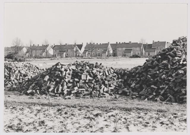 081981 - Rijen, zicht op Mosstraat en achterzijde Verre Weiden. Op de voorgrond klinkers voor de Vucht