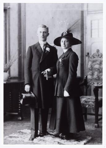 007524 - Huwelijk van Th J. de Nijs met W.P. van Beuzekom te Gouda 23 mei 1917. Zij woonden in de Heuvelstraat te Tilburg.