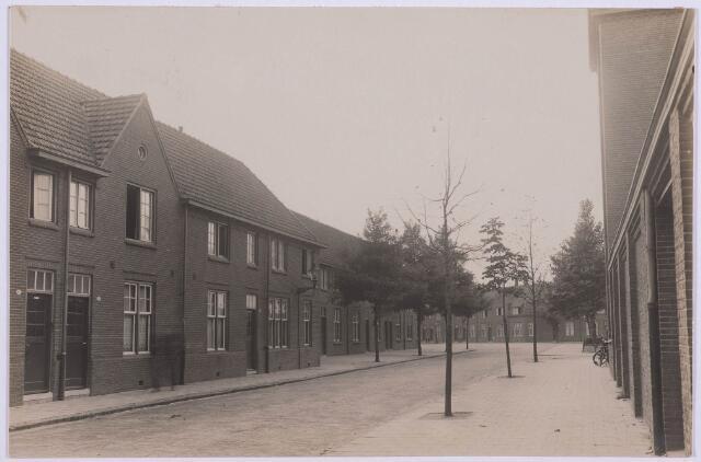 027908 - Panden aan het Paduaplein met geheel rechts de lagere school