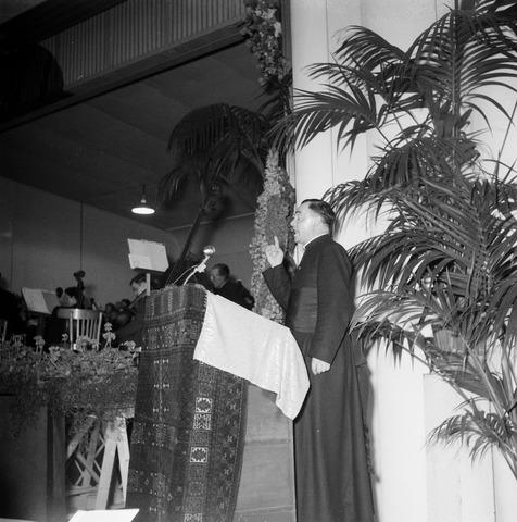 050450 - 50-jarig bestaan KAB en 25-jarig bestaan Kajotters. Taak: bundeling van activiteiten van de diverse R.K. Werkliedenverenigingen aanvankelijk in het federatief verband van de Bossche Diocesane Werkliedenbond, later als Tilburgse afdeling van de landelijke arbeiders- en vakbeweging op katholieke grondslag, tot de fusie daarvan met het N.V.V. in het F.N.V.