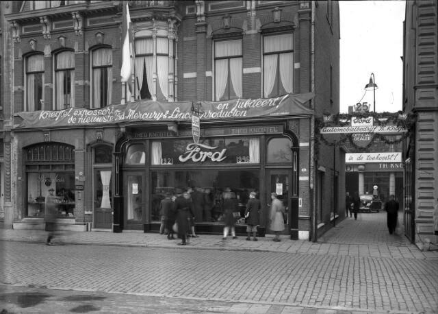 650447 - Schmidlin. Het winkelpand van 'automobielbedrijf' Theo Knegtel aan de Heuvel 44 uitbundig versierd ter gelegenheid van het 25-jarig jubileum als officiële Ford-dealer, 1946.