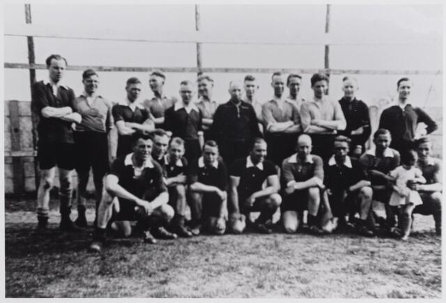 045693 - Voetballers gefotografeerd voor de wedstrijd tussen een elftal van het regiment Wielrijders, gelegerd in Goirle, en een elftal uit Goirle