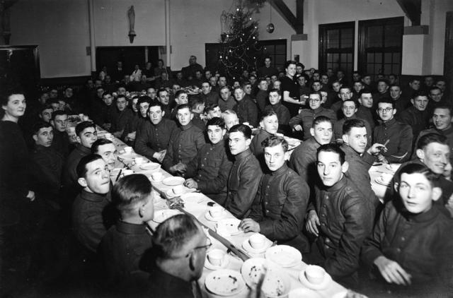 """1709_0022 - Kerstfeest militairen bij de Gildenbond in de Tuinstraat. Mevrouw Bé Enneking was lid van het comité """"Voor onze gemobiliseerden"""" (Comité V.O.G.). Familie Franken-Donders"""