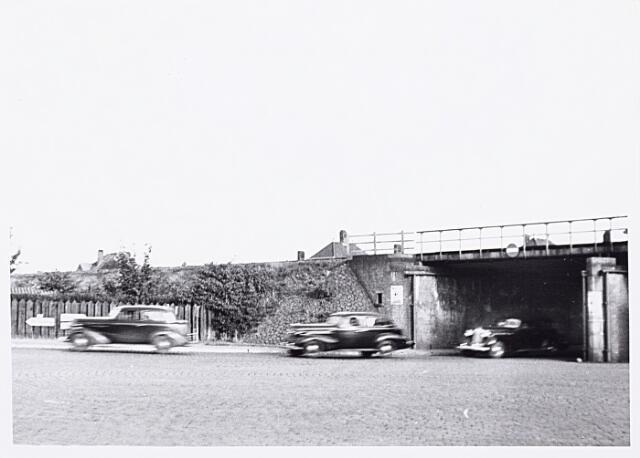 013201 - WO2 ; WOII ; Tweede Wereldoorlog. Terugtocht. Op Dolle Dinsdag (5 september 1944) wisten de Duitsers niet hoe vlug ze Tilburg moesten verlaten. Hier passeren auto's met hooggeplaatste militairen en Nederlandse meelopers het viaduct aan de Ringbaan-Oost
