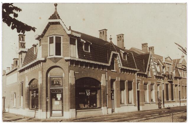 000715 - Hasseltstraat hoek Kwaadeindstraat. kruidenierswinkel.