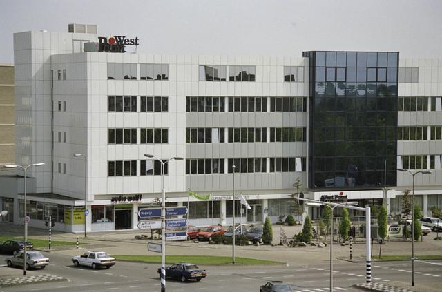 """TLB023000356_002 - """"Kantoorgebouw West Point"""" dat is gesloopt in 2000/2001 om plaats te maken voor het 142 mtr. hoge """"Appartementencomplex West Point"""". In de winkelplint was o.a. Audio Wolff en een Acupunctuur Instituut gevestigd."""