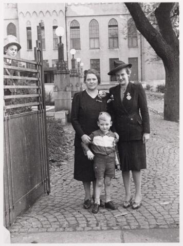 012513 - WO2 ; WOII ; Tweede Wereldoorlog. Bevrijding. Op 29 oktober 1944 vond er op de Markt een parade plaats van Schotse pijpers. Onder de aanwezigen mevrouw Kooiman, echtgenote van de concierge van het Paleis Raadhuis, haar dochter mevrouw Van Loon en diens zoontje Jantje