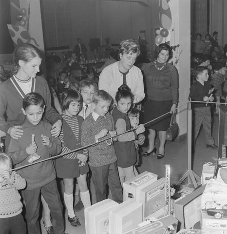 1237_004_099_004 - Kinderen. Sinterklaas. Kinderen van 3 Suisses-medewerkers tijdens een St. Nicolaasfeest kindermiddag.