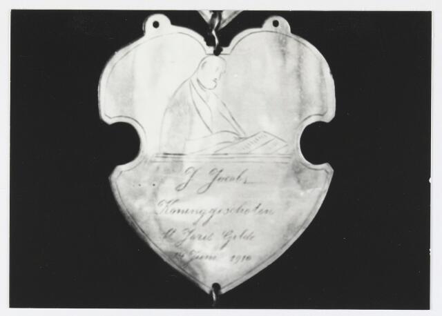 055685 - Detail van een koningsschild van de schuttersgilde St. Joris. Organisatie van een schuttersgilde  Als basis voor een gilde dienden de ordonnantien, bepalingen waarin de rechten maar vooral de plichten van de leden waren vastgelegd. Aanvankelijk bestond elk gilde uit 33 leden, een aantal dat op verzoek van St. Joris in 1612 werd uitgebreid tot 41. Een nieuw lid diende voor de magistraat de schutterseed af te leggen, waarin hij beloofde te handelen naar de ordonnantie van het gilde. Schutter werd men voor het leven. Het lidmaatschap kon in principe alleen worden beëindigd indien men tot armoede verviel, buiten de jurisdictie van de stad ging wonen of zich vergaand misdragen had. Het lidmaatschap van de gilden was niet voor iedereen weggelegd. Alleen de hogere standen hadden toegang tot deze exclusieve kringen en ook financieel moest men in goede doen zijn. De meeste leden kwamen uit de gegoede burgerij, en waren vooral middenstanders en kooplieden. Het belang van de gilden blijkt uit het gegeven dat lidmaatschap van één van de drie gilden verplicht was gesteld om deel uit te mogen maken van de magistraat, het college van burgemeesters en schepenen (wethouders).