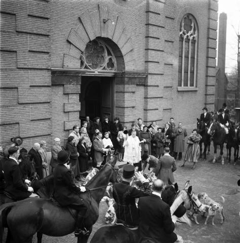 050261 - Hubertus slipjacht. Tilburgse rij en jachtvereniging,  Hippos voor de Sint Lambertuskerk.
