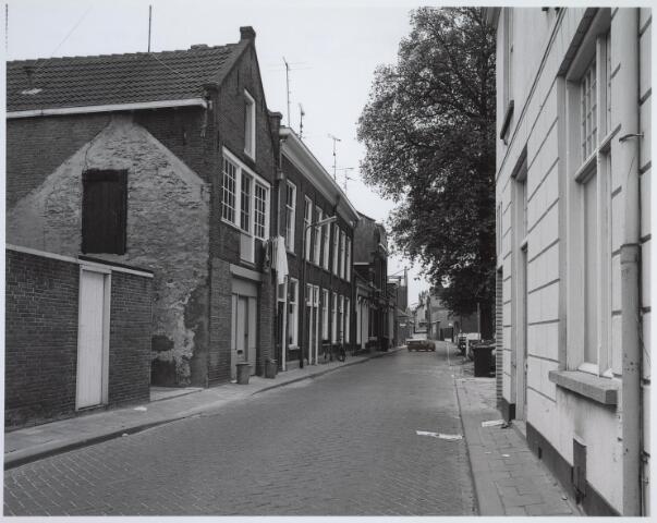 025450 - Langestraat gezien vanuit de Poststraat in de richting van de Tuinstraat halverwege 1981