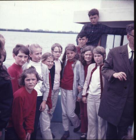 650160 - Gerardus Majellaschool, Hulten. Schoolreisje Nijmegen rond 1970. Half in beeld, met sigaar, meester Jan Vermeulen, onderwijzer.