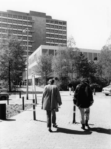 1238_F0185 - Mensen op het terrein van de universiteit