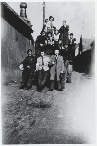 055636 - WOII; WO2; Hilvarenbeek, bevrijding. Bekenaren en hun bevrijders in 1944 gefotografeerd in de Koestraat. Rechts voor op de auto Jan Naaijkens.