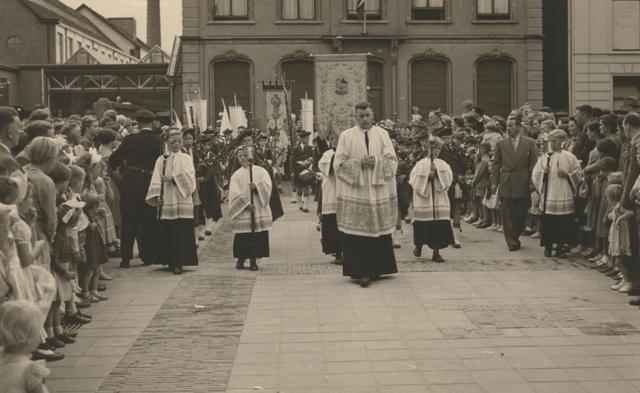 653330 - Parochie Gasthuisring. De processie ter ere van de overbrenging van het Allerheiligste van de oude-  naar de nieuwe kerk in de Gasthuisstraat