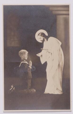 043636 - Het herinneringsprentje aan de eerste communie van Jan Piet Loven te Tilburg op 14 oktober 1934. Het was in dit tijd gebruikelijk dat ook de figuur van Christus op de foto werd afgebeeld.