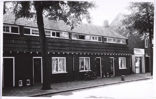 022849 - Jacob van Oudenhovenstraat  met rechts het winkeltje van schoenmaker Van Berkel.