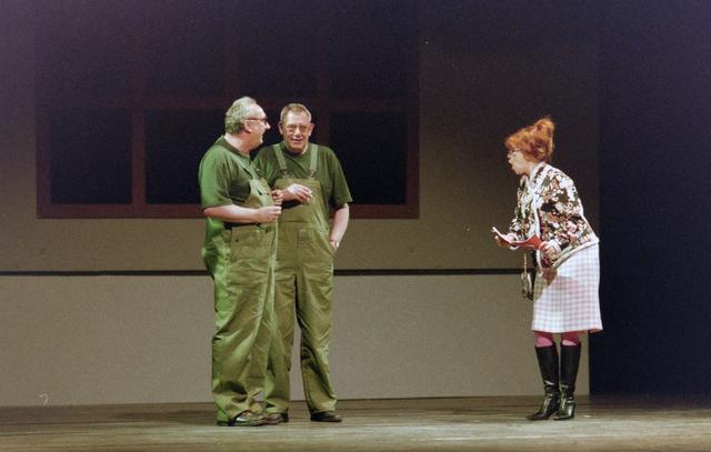 1237_001_027-1_021 - Cultuur. Theater. Tilburgse Revue. Waarschijnlijk de generale repetitie van de voorstelling Fèèn Familie op 17 maart 2005.
