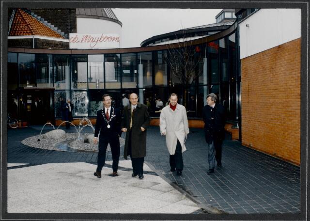 """91271 - Made en Drimmelen. De commissaris van de Koningin in Noord-Brabant (1987-2003) de heer Houben (rechts), de heer J. Elzinga (links), burgemeester van Made (1990-1997) bij het verlaten van het zojuist officieel geopende Sociaal Cultureel Centrum """"De Mayboom"""" in Made."""