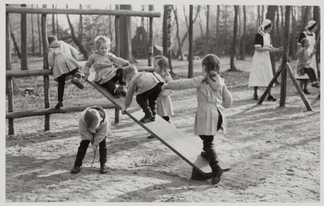 046358 - Medisch kinderdagverblijf Kleuterheil. Verplegend personeel met kleuters in de speeltuin.