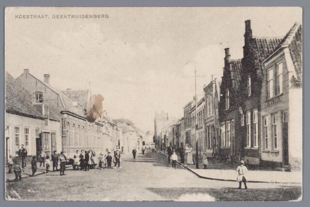 058359 - Hoek Koestraat/ Leerthouwerstraat. Links timmerwinkel Van Stalle.