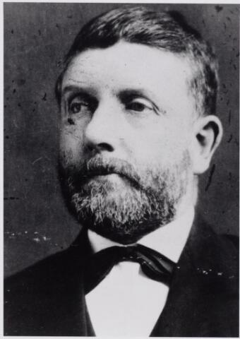 045882 - Gerardus van Besouw werd geboren te Goirle op 30 augustus 1833 en overleed aldaar op 28 februari 1909. Hij trouwde te Goirle op 29 oktober 1860 met Johanna van de Lisdonk, geboren te Goirle op 6 mei 1835 en aldaar overleden op 28 november 1901. In 1890 was Gerard van Besouw met een belastbaar jaarinkomen van 8800 gulden veruit de rijkste inwoner van Goirle. Van beroep was hij textielfabrikant. Van zijn vader, Jan van Besouw, nam hij de handweverij over, van zijn moeder, Petronella Maria de Groot, de handel in kaatsballen. Tot 1876 werd uitsluitend met thuiswevers gewerkt, maar in genoemd jaar begon Gerard met zijn zwager Cornelis van de Lisdonk een machinale weverij. In 1894 ging hij een vennootschap aan met zijn zonen Jan en Piet van Besouw. In 1866 werd hij gekozen in de Goirlese gemeenteraad als opvolger van Peter Snels. Later werd hij ook wethouder. Verder was hij lid van college van zetters en president van de afdeling Goirle van de St. Vincentiusvereniging.